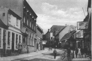 Algade, foto fra 1890'erne. Købmandsgården ligger først til venstre. Foto fra Skælskør Egnshistoriske arkiv