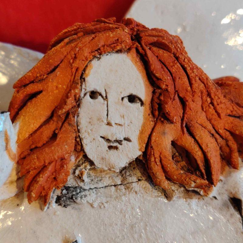 Keramikengel med rødt hår