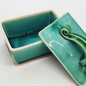 Smørskål i blank, grøn glasur