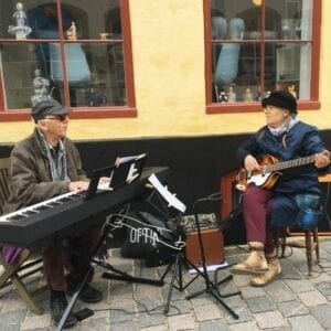 Musikere foran butikken
