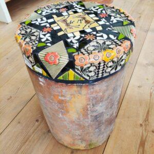 skammel af drænrør med mosaikker