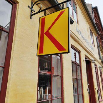 butikken udefra med hængende logo