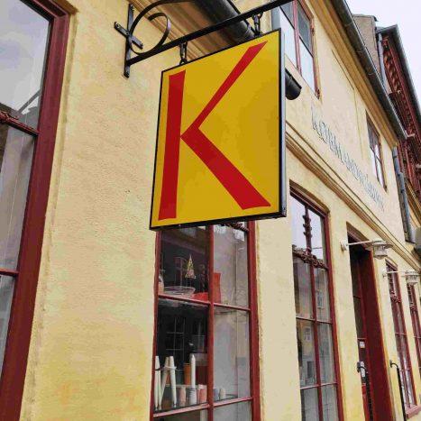 Logo udenfor butikken